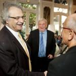 M. Amin Maalouf, Président du Jury littéraire de France-Amériques ; M. Edmund White, lauréat du Prix littéraire France-Amériques 2013 pour l'ensemble de son œuvre ; et M. Albert Dichy