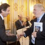 M. Olivier Barrot, membre du Jury littéraire de France-Amériques remets le Prix France-Amériques à M. Edmund White pour l'ensemble de son œuvre