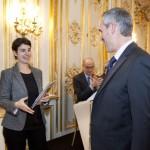Mme. Hélène Harter, membre du Jury littéraire de France-Amériques remets le Prix France-Amériques à M. Bertrand Van Ruymbeke pour son livre « L'Amérique avant les Etats-Unis » (Flammarion, collection « Au fil de l'histoire », 2013)