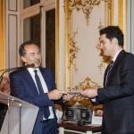 Gilles Kepel remettant le Prix France-Amériques au lauréat 2014 Alexandre Kazerouni