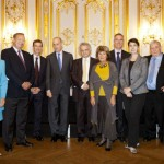De gauche à droite : Mme. Hélène de Rochefort, Secrétaire générale exécutive de FA ; M. Albert Siefer-Gaillardin, Président de FA ; M. Philip Breeden, Ministre-conseiller auprès de l'Ambassade des Etats-Unis en France ; M. Paul Le Clerc, Directeur du Columbia global Centers/Europe ; M. Amin Maalouf, Président du Jury littéraire de FA ; Mme. Joelle Bourgois, déléguée générale du Prix FA ; M. Bertrand Van Ruymbeke ; Mme. Hélène Harter ; M. Edmund White ; M. Olivier Barrot