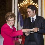 Nicole Tordjman, Vice-Présidente et Présidente de la Section Art & culture de France-Amériques, remettant le Prix de thèse France Amériques 2015 à Alexandre Kazerouni