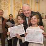Jean-Luc FOURNIER félicitant Thaïs et Eve WILLEMS