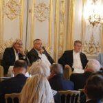 De g. à d. : Jean-Pierre Heim, architecte, Paul Bensabat et Patrick du Tertre, cofondateurs et coprésidents de The French Will Never Forget